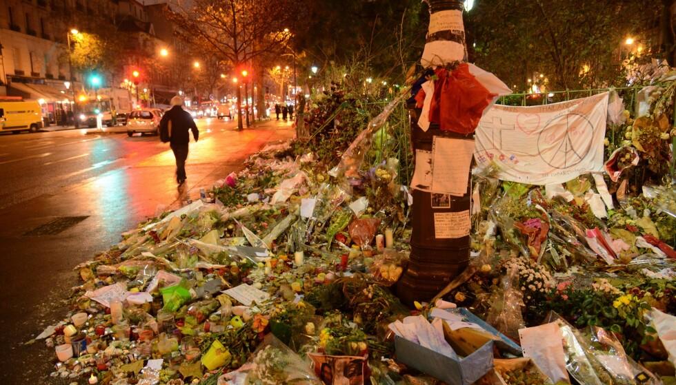 BATACLAN: 89 mennesker ble drept inne i konsertlokalet Bataclan i Paris under det koordinerte terrorangrepet mot den franske hovedstaden. Her et bilde av blomsterhavet som omkranset bygget dagen etter terroren rammet 13. november. Foto: NTB Scanpix