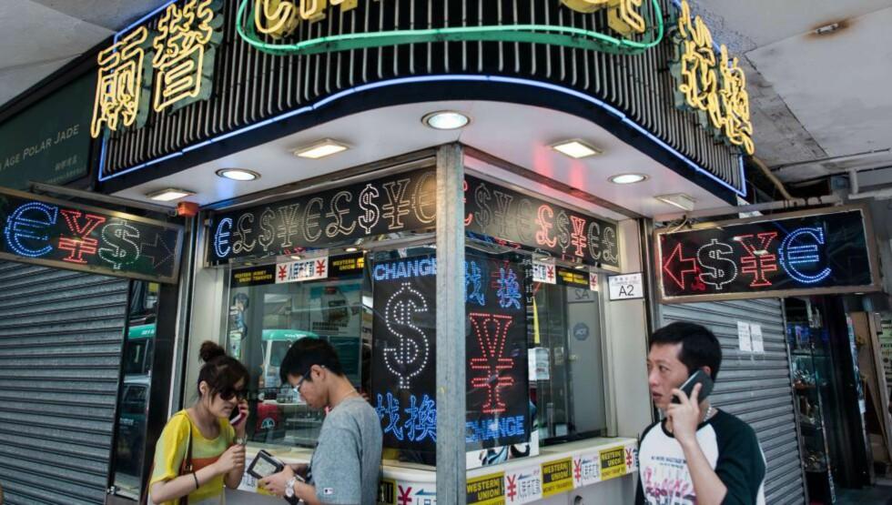 NYE MARKEDER: Folk veksler iherdig penger i en Western Union-filial i Hong Kong. Dagbladet er kjent med at Towah-systemet pekte seg ut «The virgin markets» - de uoppdagede markedene - Asia, Afrika, Sør-Amerika og Øst-Europa når de skulle satse. Dette er markeder, mener Towah, som er vant til Forex og Western Union, og der kredittkort har vært forbundet med risiko. Foto: AFP / NTB scanpix