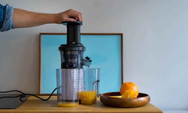 INGENTING SLÅR FERSK JUICE: Frukt og grønt mates inn, juice kommer ut. FOTO: Anders Husa