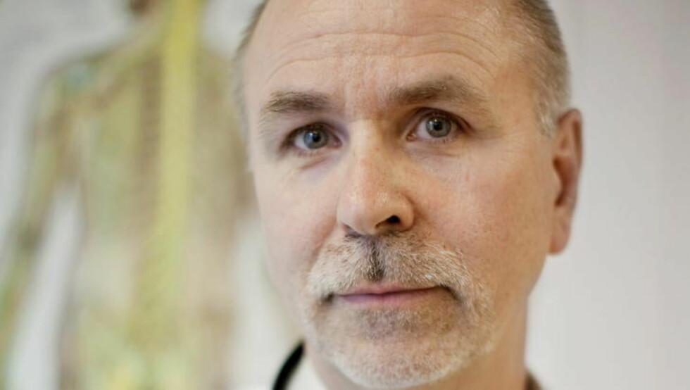 MISTET LEGEAUTORISASJONEN: Rolf Luneng ved Norsk Borreliose Senter i Oslo har blitt fratatt retten til å drive som lege. Nå får han ikke lenger behandle flåttsyke, som tidligere har berømmet ham for metodene som ikke finnes andre steder i landet. Foto: Espen Røst / Dagbladet