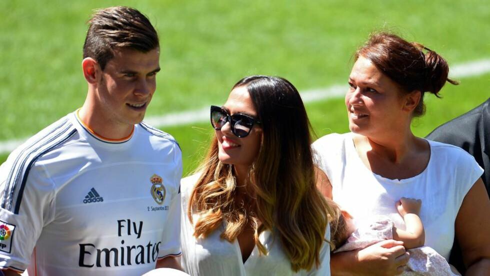 STOLT KJÆRESTE: Emma Rhys-Jones strålte da hennes kjæreste gjennom ti år, Gareth Bale, ble presentert som Real Madrids nye stjernespiller på Santiago Bernabeu i dag. Ved siden av er parets datter, Alba (10 mnd) så vidt synlig. Foto: AFP / NTB scanpix