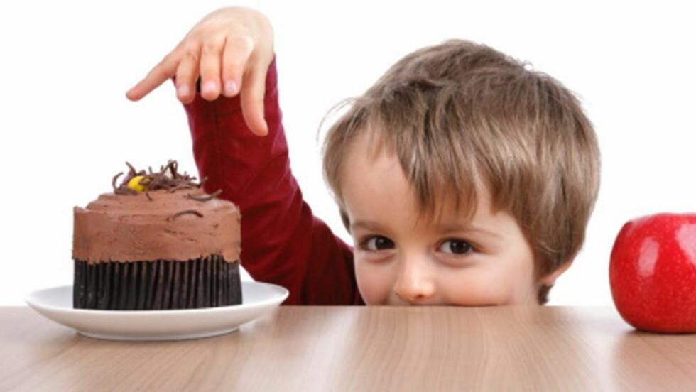 VALGETS KVALER: Det er ikke lurt å spørre om barnet vil ha kake eller eple til dessert - om du allerede har bestemt deg for at han skal ha eple. Foto: Thinkstock