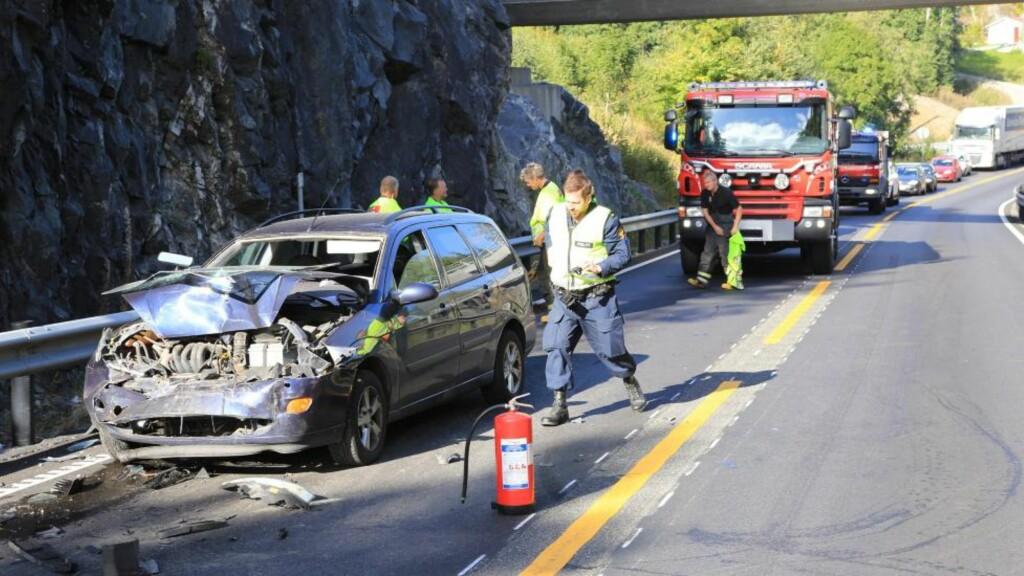 STORE SKADER: Det ble store skader på de tre bilene som var involvert i ulykken på E18 i Telemark i ettermiddag. Politiet ser etter en bil som stakk av fra stedet. Foto: Per Flåthe
