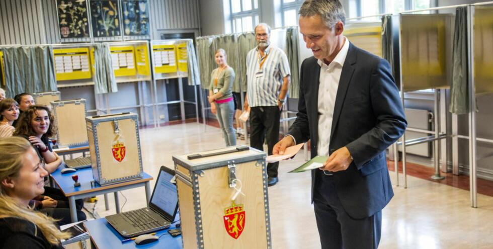 LAV VALGDELTAKELSE: AP-leder Jens Stoltenberg stemte ved Uranienborg skole - men totalt sett var valgdeltakelsen lav. Foto: Fredrik Varfjell / NTB scanpix