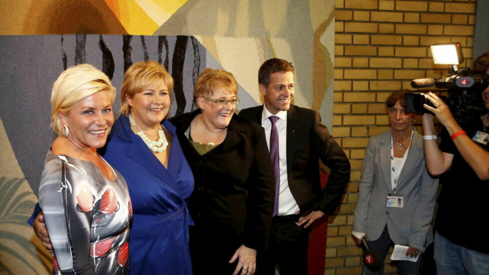 BORGERLIG FESTAFTEN: Siv Jensen (Frp), Erna Solberg (H) Trine Skei Grande (V) og  Knut Arild Hareide (Krf) feirer seieren etter partilederdebatt i Stortinget mandag kveld.  Foto: Gorm Kallestad / NTB scanpix