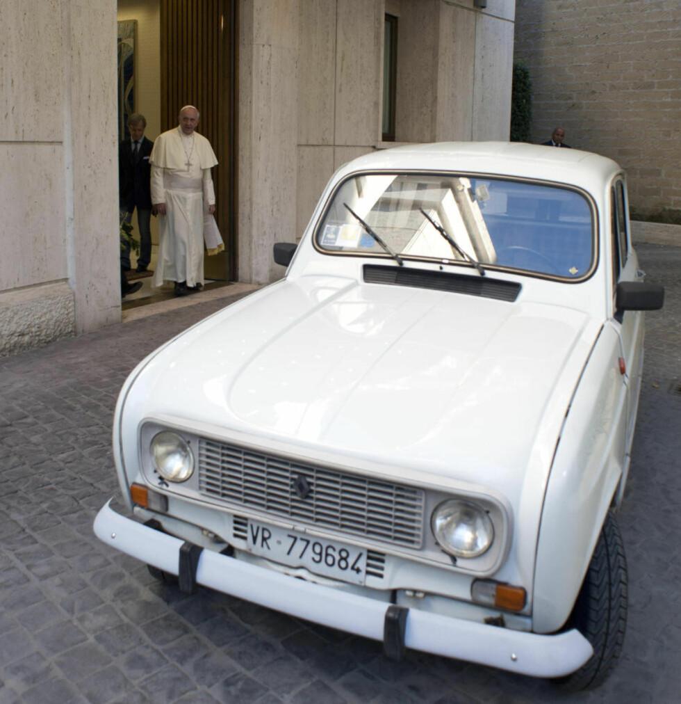 YDMYK: Pave Frans sammen med sin nye, gamle bruktbil, en Renault 4L fra 1984. Bildet er tatt med en mobil-telefon og offentliggjort av Vatikanets avis, l'Osservatore Romano. Foto: AP / Scanpix / L'Osservatore Romano