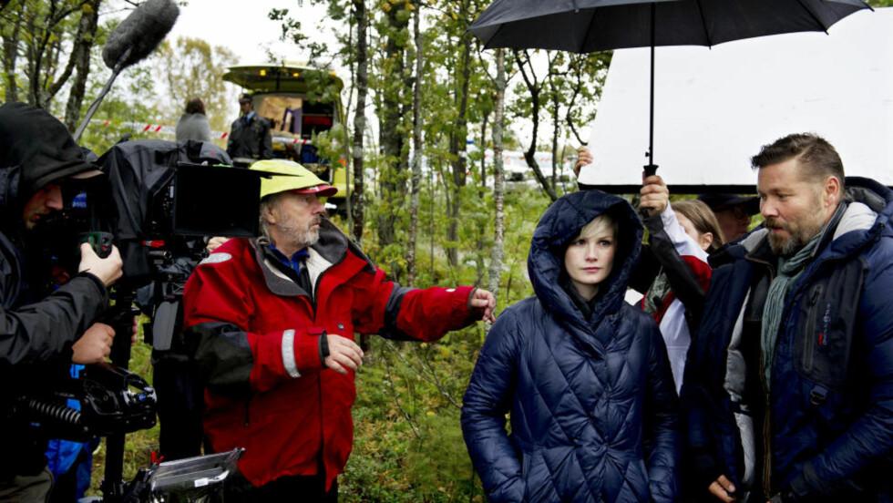 OPPTAK: Innspillingen av NIls Gaups nye film Glassdukkene er i full gang i Tromsø, og skal være ferdig i løpet av 25 dager. Her er hovedrolleinnehaverne Lena Kristin Ellingsen og Stig Henrik Hoff ved Prestvannet i Tromsø. Fotograf Peter Mokrosinski til venstre. Foto: Ingun A. Mæhlum