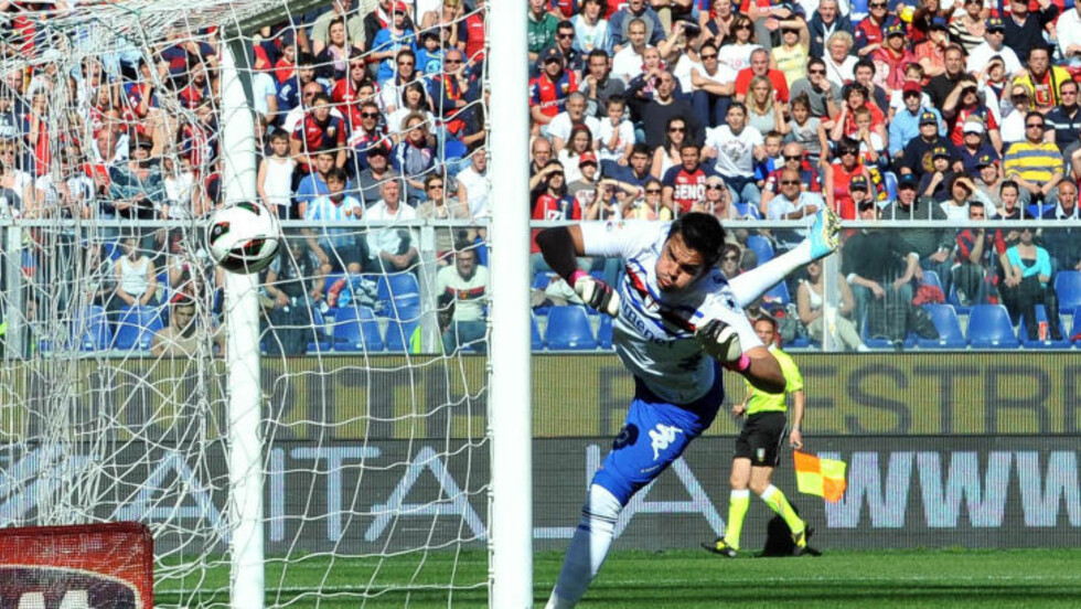 UAVGJORT SIST:  Genoa og Sampdoria møttes sist i april. Da endte det 1-1. Her slenger Sampdoria-keeper Romero seg forgjeves etter en ball. Foto: AP Photo/NTB Scanpix.