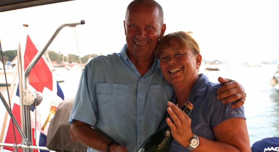 FEIRET: Liv Barstad og Hans Martinsen solgte hus og bil og dro jorda rundt. Her feirer de at de har krysset Panama-kanelen og kommet inn i Stillehavet. Alle foto: privat