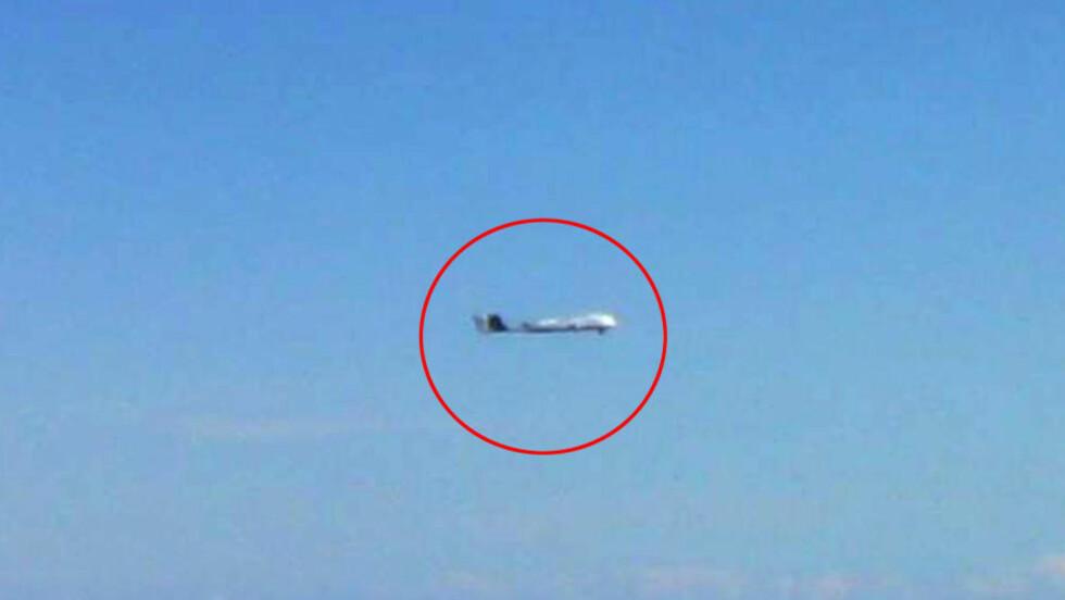 KINESISK DRONE: For en uke siden tok det japanske militæret et bilde av dette uidentifisert flyvende objektet, som så ut som en drone, i nærheten av  de omstridte Senkaku-øyene. Kinesiske myndigheter bekrefter senere at det var deres drone, skriver Japan News. Det er første gang militæret har observert droner i nærheten av japansk farvann. Foto: AFP/NTB SCANPIX