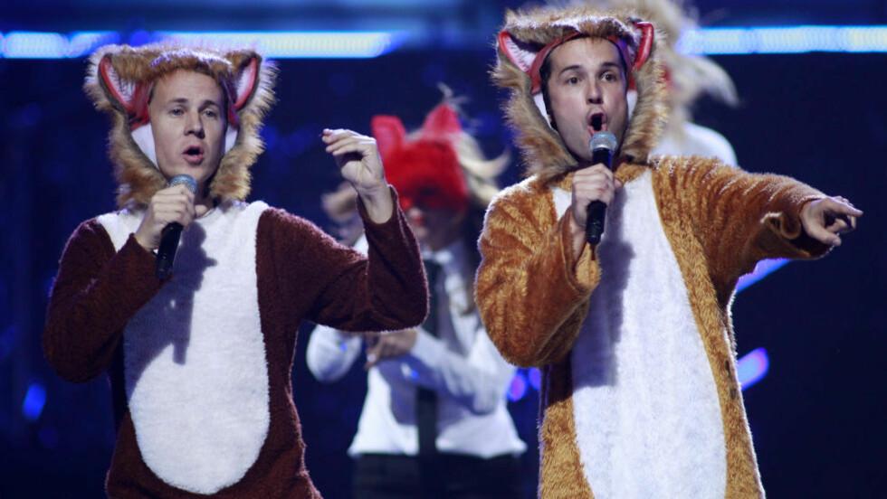 IMPONERTE: Det var Ylvis-brødrenes opptreden i Las Vegas i revedrakt med «The Fox» som tydeligvis overbeviste Warner om å gi dem platekontrakt. REUTERS/Steve Marcus (UNITED STATES - Tags: ENTERTAINMENT)