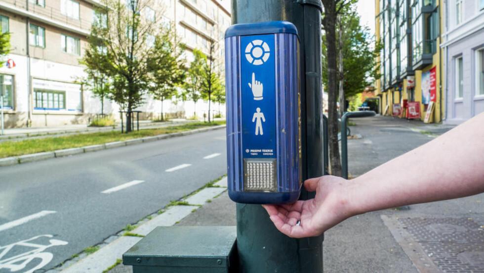 HEMMELIG KNAPP: Under boksen ved lysregulerte gangfelt finner du ofte en ekstra knapp. Trykker du her, får du bedre tid over veien. Foto: PER ERVLAND / DINSIDE