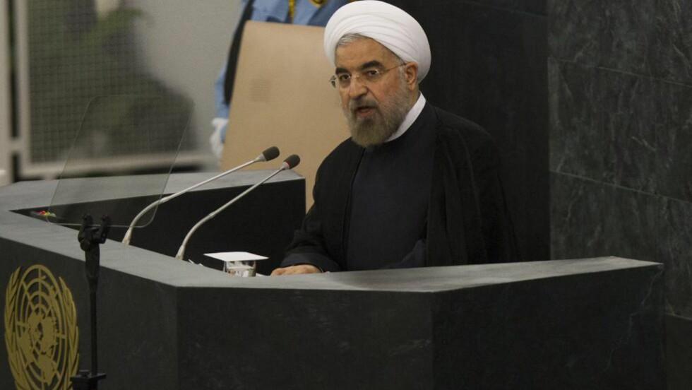 REKKER UT HÅNDA: Irans president Hassan Rohani på FNs talerstol i natt.  EPA/Brendan McDermid / POOL Scanpix