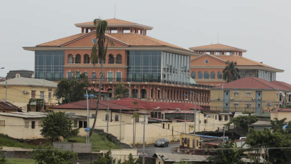 KORRUPT: Her er presidentpalasset i Malabo i Ekvatorial-Guinea, som er beskrevet som et spesialbygd lusksuskompleks. Landet er sett på som svært korrupt, og presidenten og hans familiemedlemmer eier de aller fleste bedriftene. Foto: AP Photo/Rebecca Blackwell/NTB Scanpix