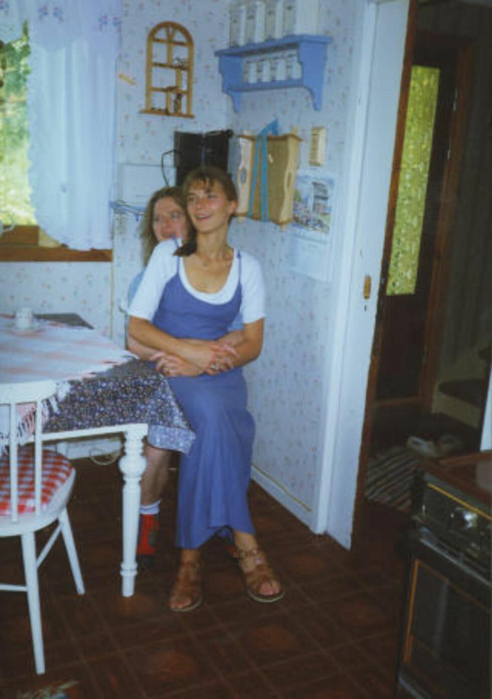 HOS MOR: Her er kjæresteparet på besøk på kjøkkenet hos Kenneth Sivertsens mor, Mossa, på Moster. Foto: Privat