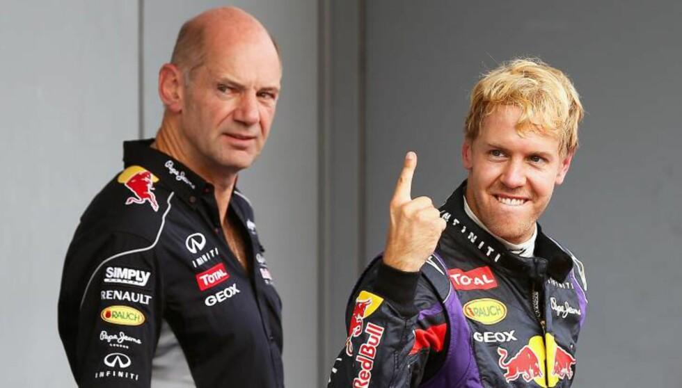 PLAGES FORTSATT: Sjefdesigner Adrian Newey mener vi aldri vil få svar på hva som egentlig gikk galt for Senna. Her i sin nåværende jobb i Red Bull, sammen med tyske Sebastian Vettel. Foto: SCANPIX/EPA/SRDJAN SUKI