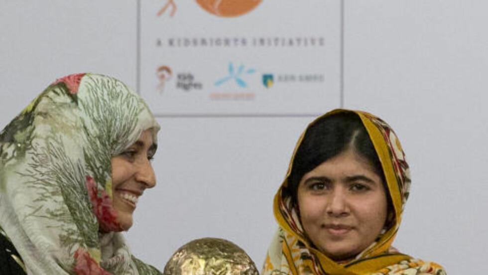 TIDENES YNGSTE VINNER:  Den jemenittiske menneskerettighetsforkjemperen Tawakkol Karman (t.v) var i 2011 tidenes ynste fredsprisvinner, med sine 32 år. Kanskje blir hun i år slått av  Pakistans modige Malala Yousafzai (16). Her er de to sammen da Malala fikk utdelt den internasjonale barnefredsprisen i Hague i Nederland i september. Foto: Peter Dejong / Ap / Scanpix