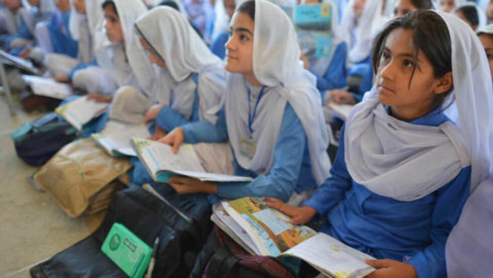 VIL LÆRE:  Her er unge pakistanske jenter som er på skole i Malalas hjemområde, Swat-dalen. Historisk var Swat-dalen kjent for å utdanne sine innbyggerne. Nå kjemper Taliban for å endre dette. Foto: A. Majeed / AFP / Scanpix