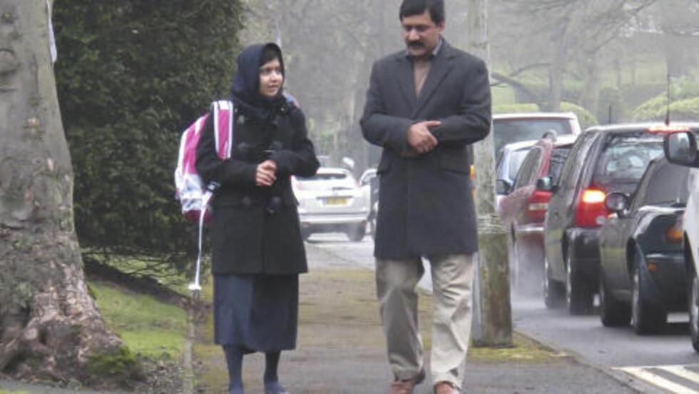 SAMME KAMP:  Malala Yousufzai er her på vei til skolen sin i England, sammen med sin far. Far og datter er begge svært engasjert i kampen for at alle mennesker i verden, både gutter og jenter, skal få ordentlig utdannelse. Foto: Edelman / Reuters / Scanpix