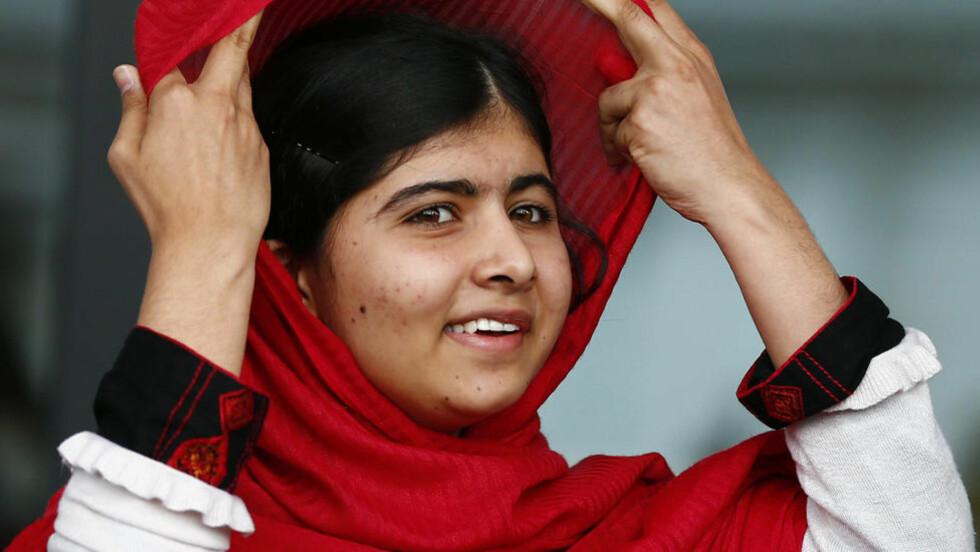 MODIG JENTE:  For ett år siden ble Malala Yousafzai (16) verdenskjent da hun ble skutt i hodet av Taliban fordi hun engasjerte seg i kampen for at jenter må få utdannelse. Her holder hun en tale i Birmingham, der hun nå har flyttet med familien og går på skole. Til tross for at Malala er etterspurt som gjest verden over, prioriterer hun skolegangen i Birmingham. Foto: Darren Staples / Reuters / Scanpix