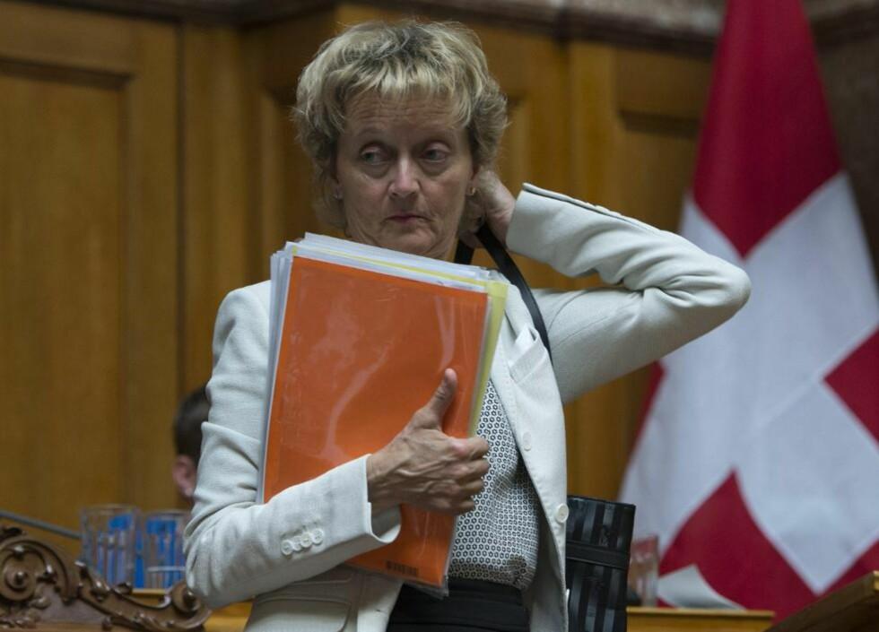 BØYER SEG: Den sveitsiske finansministeren, Eveline Widmer-Schlumpf, etter avstemning i konføderasjonens underhus i Bern, onsdag 19. juni i år da et forslag om å myke opp loven om bankenes hemmelighold for andre gang ble nedstemt. Men nå ser landet ut til å måtte bøye seg for presset fra utlandet. Foto: AP / Scanpix / Keystone / Peter Schneide