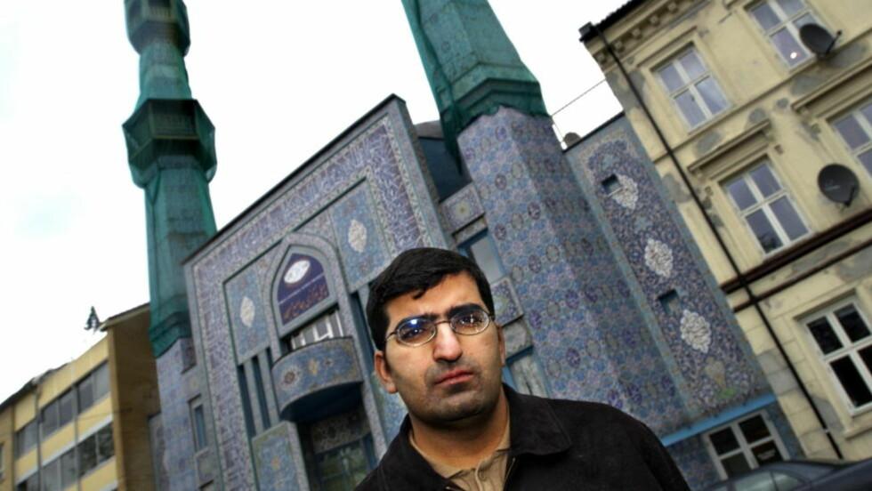 """ANTIRASISTISK UENIGHET: «I 2007 ble Shoaib Sultan, som nå jobber hos Antirasistisk Senter, konfrontert med dødsstraff for homofili i Iran. Han sa at han generelt er imot dødsstraff, men nektet å ta avstand fra dødsstraff i et """"muslimsk land""""», skriver Islam Nets Qureshi om Shoaib Sultan (bildet). Foto: Truls Brekke"""