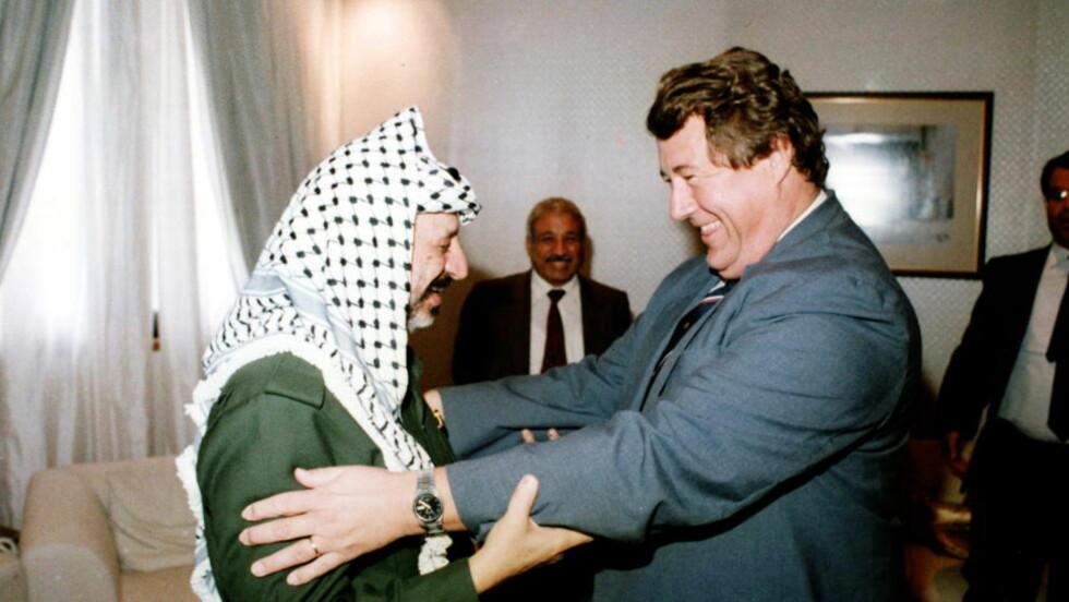 NØKKELPERSON: Hans Wilhelm Longva, her med Yassir Arafat, var diplomaten som åpnet for at den norske kanalen som førte til Oslo-avtalen, ble etablert.   Foto: PRIVAT