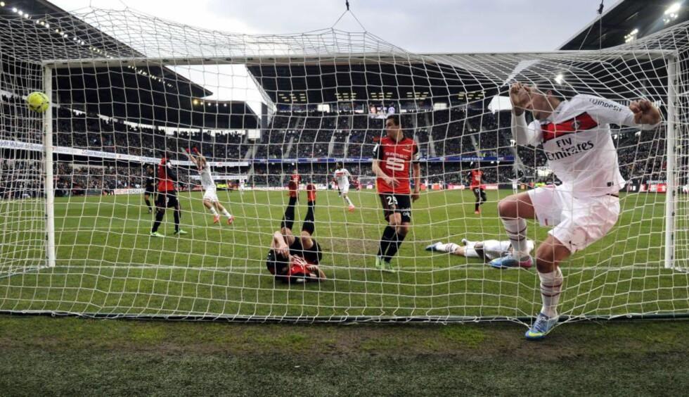 FANGET I NETTET: Zlatan Ibrahimovic scorer med hele seg for Paris Saint Germain mot Rennes. Mens TV-bransjen ser for seg at det er store øyeblikk som dette man skal kunne ta seg betalt for i tv-framtida, er en ny generasjon strømmetjenester med piratdistribuert sport, film og tv i rask vekst. Foto: AFP/SCANPIX