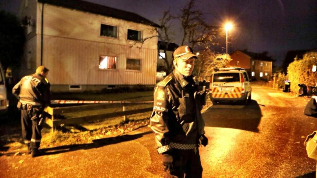 POLSK OPPGJØR:  Politiet utenfor boligen litt utenfor Sarpsborg sentrum der en mann ble kritisk skadd i natt. FOTO: TIPSER.NO.