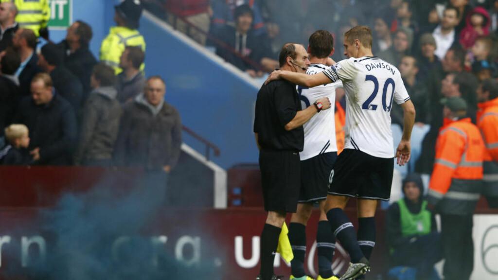 TRUFFET: Assistentdommeren ble truffet av en gjenstand fra tribunen i kampen mellom Aston Villa og Tottenham. Foto:     REUTERS/Eddie Keogh