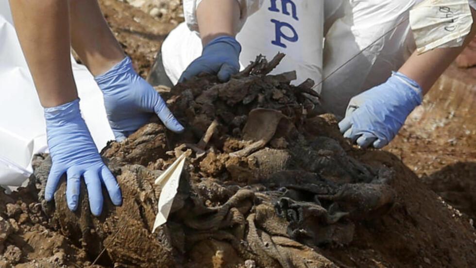 <strong>BEINRESTER:</strong> Rettsmedisinere graver opp lik etter lik i Tomasica-området i Bosnia. Foto: Reuters / Dado Ruvic / NTB Scanpix