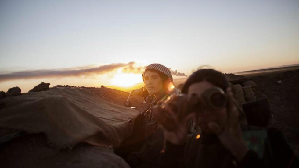 KVINNER I KAMP:  En kvinnelig soldat er avbildet i de kurdiske områdene av Syria. Europeiske sikkerhetstjenester opplever nå at også muslimske kvinner drar til borgerkrigsherjede Syria. - Nå er det sånn at de fleste kvinner som reiser ned ikke har kampfunksjoner. De har støttefunksjoner, sier FFI-forsker Thomas Hegghammer til NRK. Foto: AFP/Scanpix