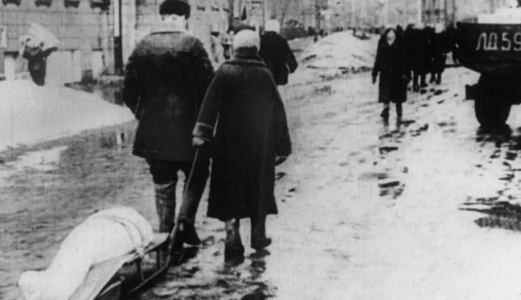 DAGLIGDAGSE SCENER: Det var helt forferdelig tilstander i Leningrad under nazistenes blokade under andre verdenskrig. Anslagsvis en million mennesker sultet i hjel. Foto: BERLINER VERLAG / ARCHIV