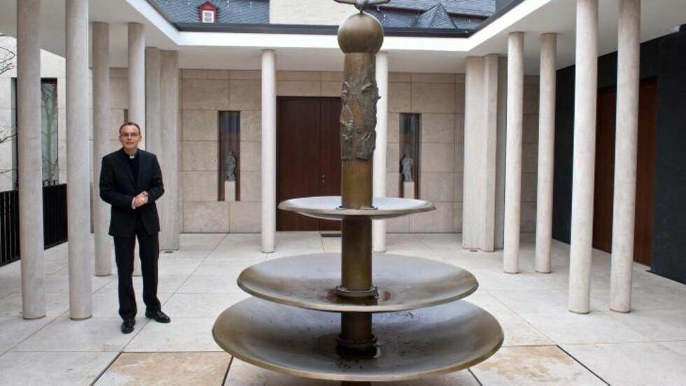 KAPELL TIL 2,9 MILLIONER: Her står biskop Franz-Peter Tebartz-van Elst i atriumet av sitt private kapell i millionresidensen. Foto: AP Photo/dpa,Boris Roessler/NTB Scanpix