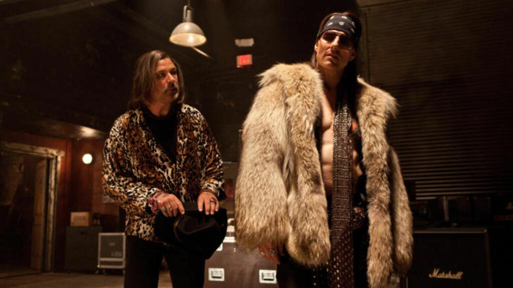 BARSJEF OG ROCKESTJERNE: Alec Baldwin spiller barsjef Dennis Dupree i filmen, mens Tom Cruise har rollen som den falmende rockestjerna Stacee Jaxx. Foto: Stella Pictures