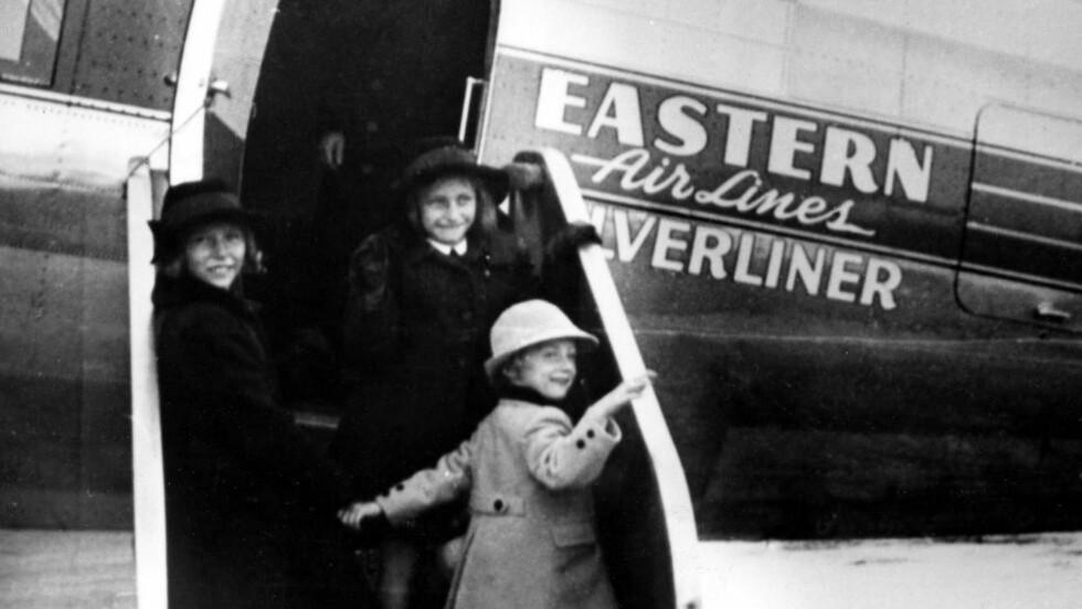 VILLE HA BARNEKONGE: Ja-forhandlerne ville gjøre lille prins Harald til barnekonge. Men etter en klar formaning fra Kronprins Olav, tok kronprinsesse Märtha med seg de tre barna og dro i eksil i USA. Her prinsesse Astrid, prinsesse Ragnhild (t.h.) og lille prins Harald på vei inn i et fly i Finland i 1940.  Foto: NTB / SCANPIX
