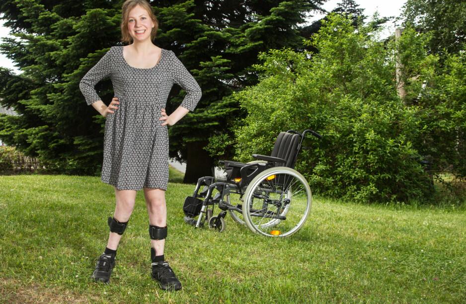 VILJESTERK JENTE: Christine Tveitan fra Jessheim blefødt med ryggmargsbrokk, menbestemte seg tidlig for at hun ikkeskulle bli sittende i rullestolen.Takket være spesielle proteser, kan hun gå stort sett hvor hun vil. Foto: Svend Aage Madsen