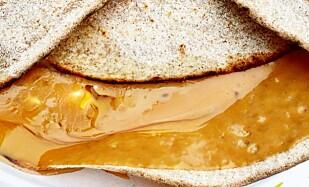 SØVVEL: En blanding av brunost smøres på sammen med sirup og smør som smelter, gjerne sammen med litt seterrømme. Foto: TAKKEMAT / KAGGE FORLAG