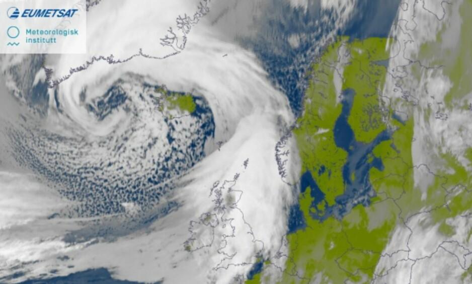 KRAFTIG UVÆR: Bildet viser den aktuelle desemberstormen som rammet Norge og England i 2014. Foto: MET / Yr.no