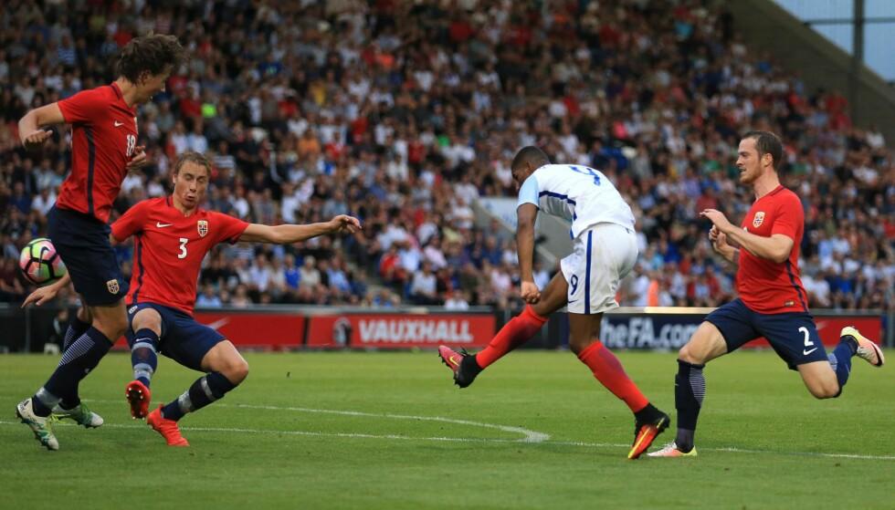 STJERNESMELL: Manchester Uniteds stjerneskudd Marcus Rashford scoret tre mål mot Norge i går. Stopperparet Ulrik Yttergård Jensen (t.h.) og Sander Berge fikk kjørt seg. Foto: NTB Scanpix