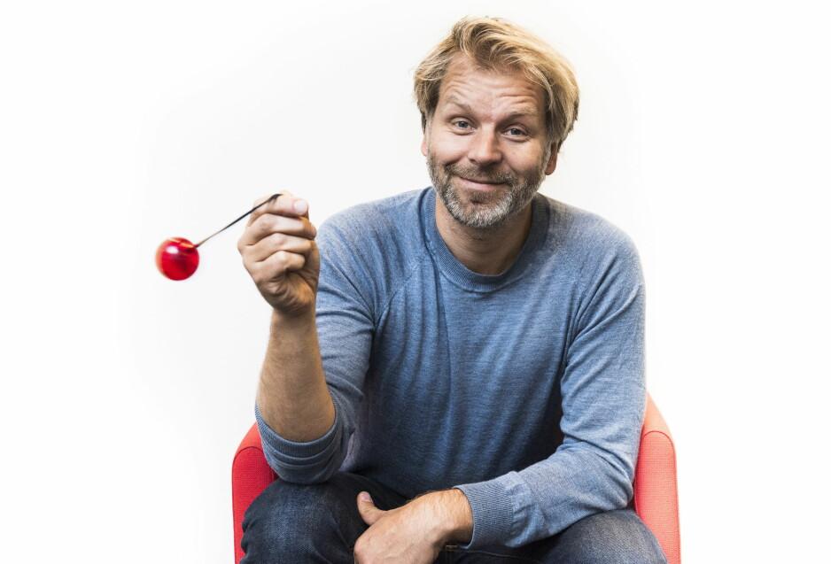 KLOVNERIER: 20 år har gått siden Espen Eckbo inntok TV-skjermen for første gang, i Thomas Giertsens «Mandagsklubben». Siden har hans mange karakterer vært å se i programmer som «Nissene på låven», «Asbjørn Brekke-show» og «Klovn til kaffen» - apropos klovnenesa Eckbo har i hånda. Foto: Lars Eivind Bones / Dagbladet