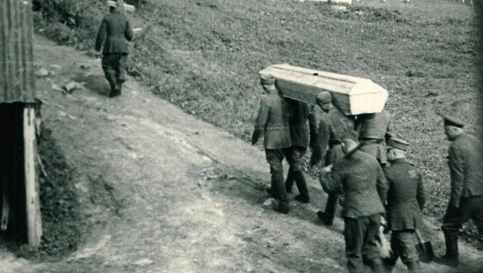INGEN MARKERING: I 1942 ble dette bildet tatt illegalt fra et fjøs i Bodø: Sovjetiske krigsfanger bærer en død kamerat til graven. - For noen uker siden besøkte jeg Tjøtta og krigskirkegården. Det var et forstemmende syn, skriver kronikkforfatteren. Foto: NTB Scanpix