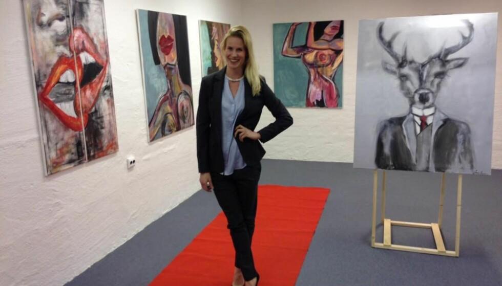 KUNSTNER: Friidrettsprofilen Cathrine Larsåsen vier fritid til familie og kunst. Hun maler bilder som restitusjon i en travel hverdag. Foto: Privat
