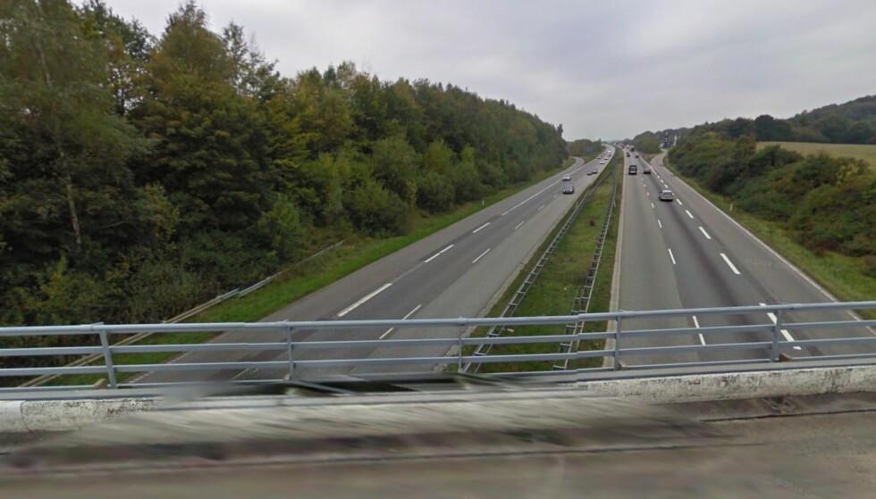 DRAP: Fra denne broen over motorveien på Fyn i Danmark slapp noen en steinblokk på 30 kg mot en passerende bil. En kvinne omkom. Foto: Skjermdump Google Maps