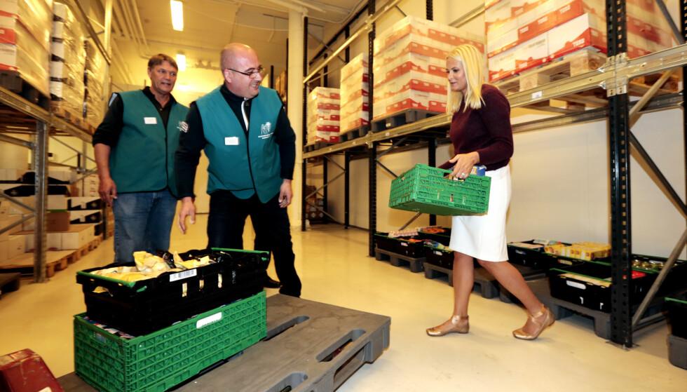 OVERSKUDDSMAT: Slik så det ut da kronprinsesse Mette-Marit besøkte Norges eneste Matsentral, som ligger i Oslo. Her pakker frivillige mat som skal gis til vanskeligstilte i Oslo. Matsentralen skal både bidra til matsvinn og gi vanskeligstilte tilgang til god overskuddsmat som ellers ville blitt kastet. Foto: LISE ÅSERUD / NTB SCANPIX