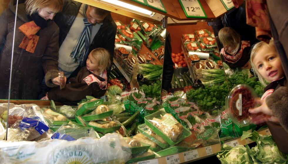 KAN BLI FORBUDT: I Frankrike er supermarkedene pålagt å gi bort spiselig mat som ikke er solgt. Flere norske partier ønsker det samme. Illustrasjonsfoto: NTB/SCANPIX