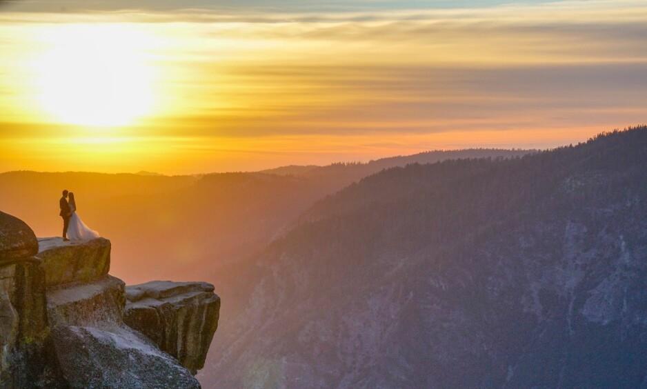 BRYLLUPSFOTO: Fotograf Mike Karas skulle bare ta bildet av solnedgangen i Yosemite nasjonalpark. Så oppdaget han brudeparet. Foto: Instagram / mike.karas