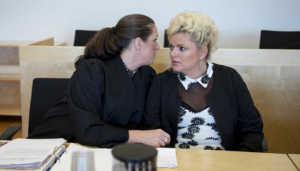 I RETTEN: Frisør Merete Hodne i retten med sin advokat Kinda Ellefsen Eide. Foto: Carina Johansen / NTB Scanpix