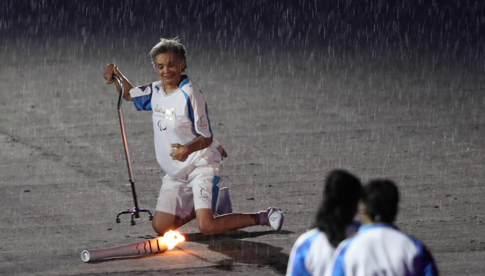 I BAKKEN: Marcia Malsar falt på med den olympiske fakkelen. Foto: REUTERS/Ueslei Marcelino