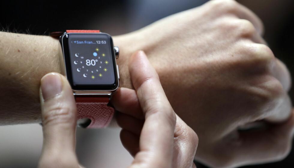 NO GO: Det er ikke lov å bruke Apple Watch i regjeringsmøter i Storbritannia, ifølge The Telegraph. En rekke andre dingser er heller ikke tillatt av sikkerhetsgrunner. Foto: AP Photo/Marcio Jose Sanchez